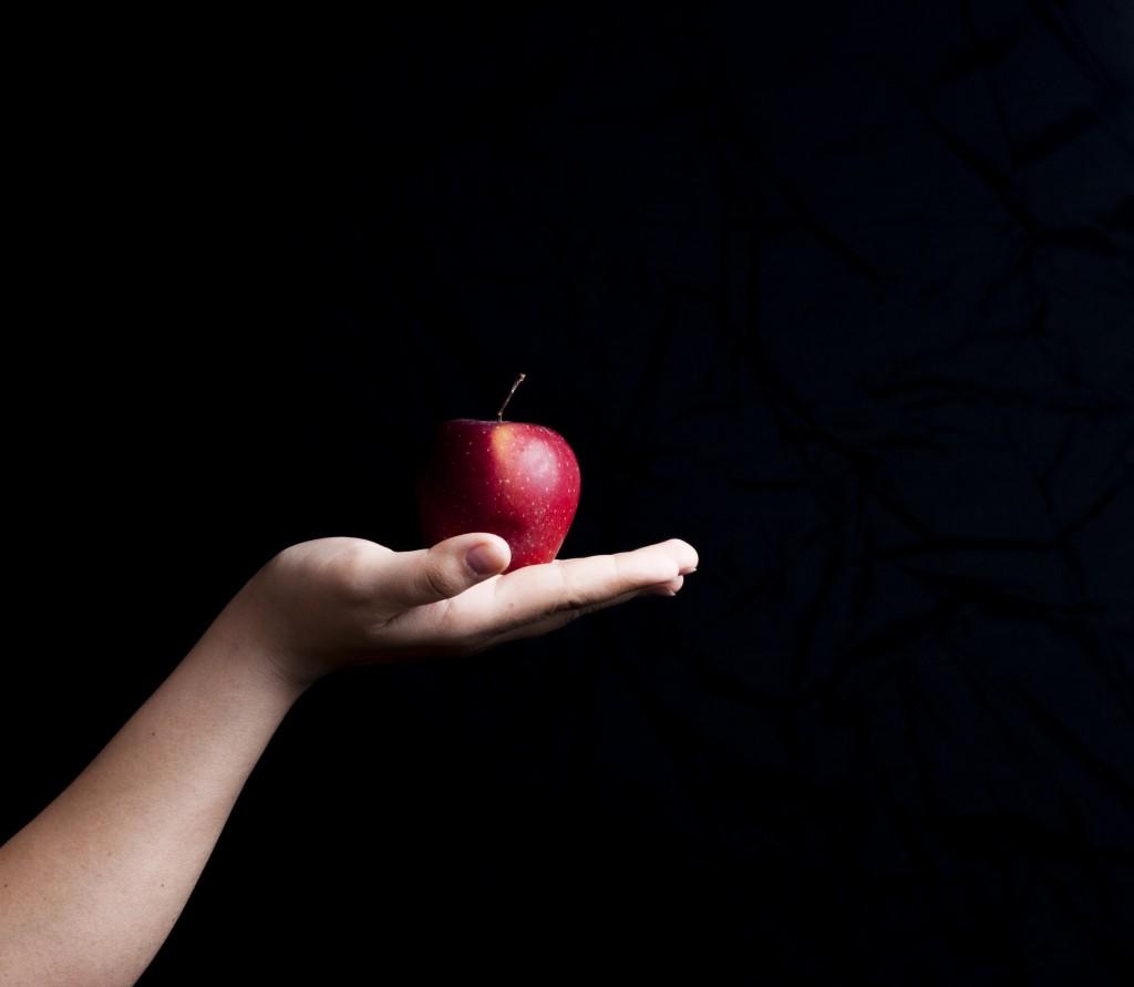 背景黒_手のひらの上にりんご