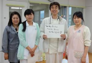 「ままのて」スタッフ (左から野尻事務長、看護婦の三崎さん、野尻院長、保育士の青山さん)