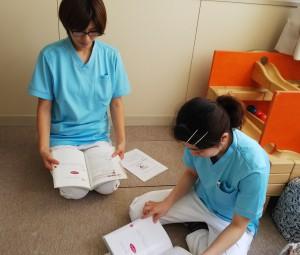 公式テキストで病児保育を学ぶスタッフ