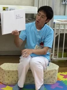 保育中、絵本を読む田中さん